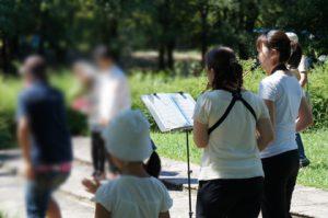 公園での人前式で演奏
